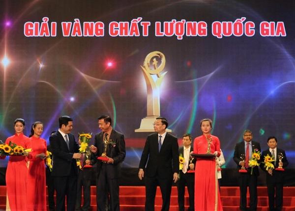 Gốm Ðất Việt nhận giải vàng giải thưởng chất lượng quốc gia.