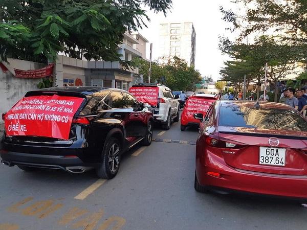 Cư dân Him Lam Chợ Lớn căng băng rôn phản đối vì xe ô tô của họ phải đậu ngoài đường.