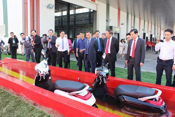 Các đại biểu tham quan thực tế xe máy điện ngâm nước