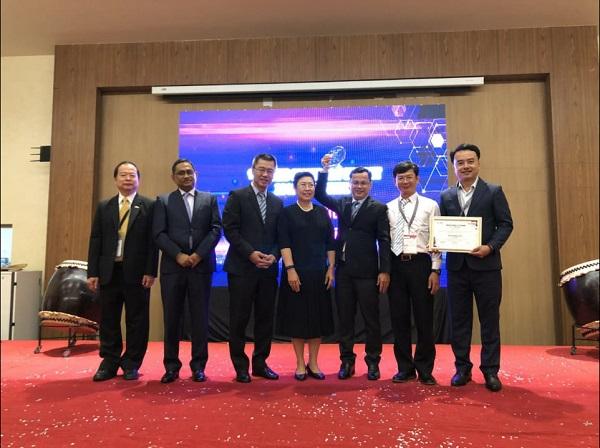 Ông Trần Ngọc Thạch, Phó giám đốc Sở Thông tin và Truyền thông (thứ ba từ phải sang) - đại diện nhận giải thưởng Thành phố thông minh ASOCIO 2019
