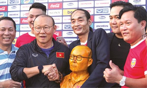 Anh Hoàng vượt hàng trăm cây số để được trực tiếp tặng quà cho HLV Park Hang Seo