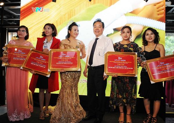 Tổng Biên tập Nguyễn Quốc Hùng trao cúp Tri ân cho các Doanh nghiệp, Doanh nhân tiêu biểu đã đồng hành cùng Báo Đời sống & Tiêu dùng