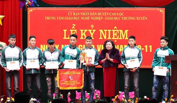Nhà giáo Nguyễn Thúy Phương - Giám đốc Trung tâm trao giải thưởng và động viên học sinh nhà trường tiếp tục cố gắng học tập và rèn luyện