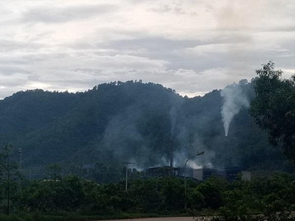 Hằng ngày khói bụi bay vào khu dân cư khiến người dân hết sức cực khổ