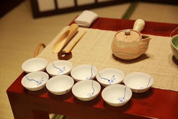 """""""Mỗi bàn trà tôi bày ra đều có chủ ý với người đối diện, mỗi cái chén tôi lựa dùng đều theo một sự hài hòa tôi thấy được trong cuộc trà"""""""