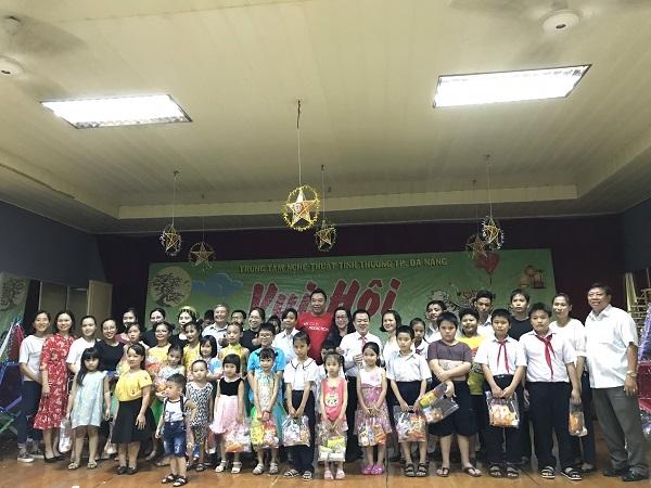 Trung tâm Nghệ thuật Tình thương Đà Nẵng tặng quà cho các em thiếu nhi