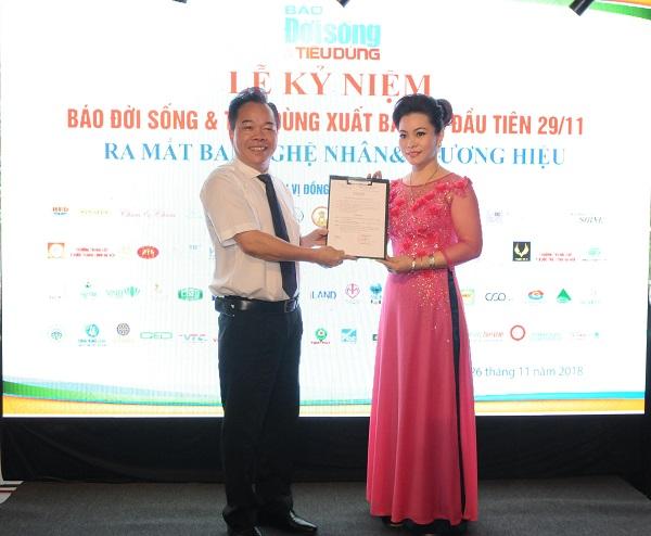 Tổng Biên tập Nguyễn Quốc Hùng trao quyết định cho bà Nguyễn Thị Thu Phương - Trưởng Ban Nghệ nhân & Thương hiệu
