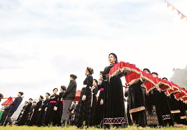 Hình ảnh cô gái Tày duyên dáng bê mâm lễ tại Lễ hội Lồng Tông Lâm Bình 2019 (Ảnh: Minh Phụng)