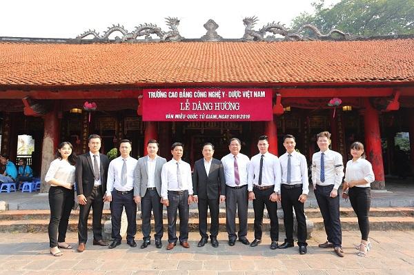 Ban giám hiệu, giáo viên, nhân viên Nhà trường tại lễ dâng hương