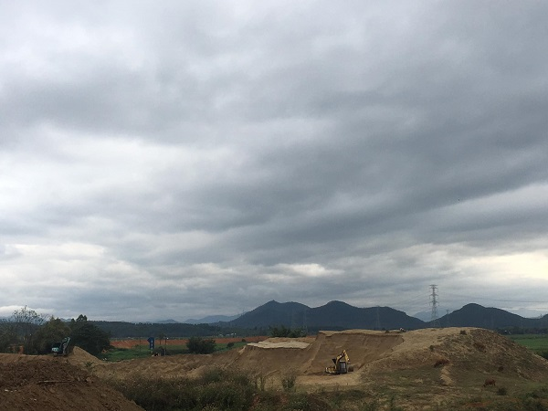 Toàn cảnh hoạt động khai thác cát, sỏi và bến bãi tập kết vật liệu xây dựng của Công ty TNHH Trung Thành tại xã Tề Lễ (huyện Tam Nông, tỉnh Phú Thọ).