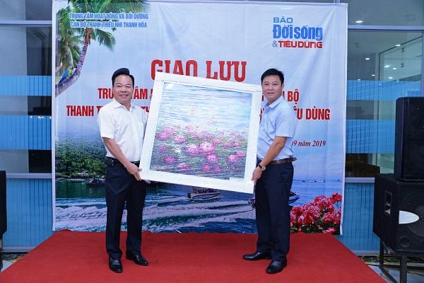 Thay mặt Báo Đời sống và Tiêu dùng, Tổng biên tập Nguyễn Quốc Hùng thân tặng Trung tâm bức tranh hoa hồng món quà kỷ niệm