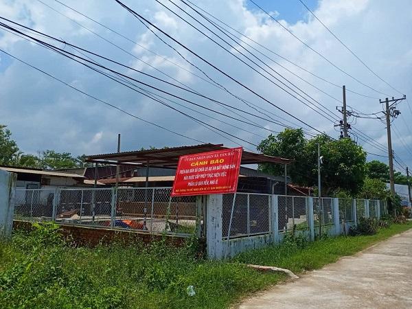 Tấm biển cảnh báo từ UBND xã Tân Hải về hiện tượng phân lô, trái phép trên địa bàn