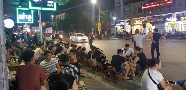 Aha trên phố Phạm Ngọc Thạch để khách hàng ngồi tràn xuống vỉa hè tiềm ẩn nguy cơ về tai nạn giao thông.