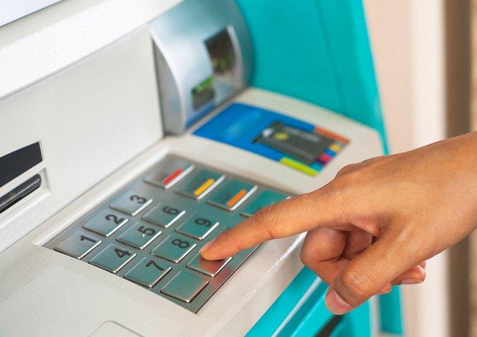 Tam thoi ngung tang phi ATM noi mang cua 4 'ong lon' ngan hang hinh anh 1