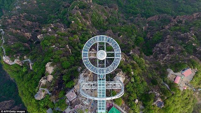 Du khách rùng mình đứng trên đài quan sát trong suốt ở Trung Quốc - Ảnh 1.