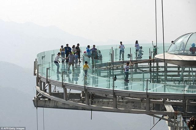 Du khách rùng mình đứng trên đài quan sát trong suốt ở Trung Quốc - Ảnh 3.