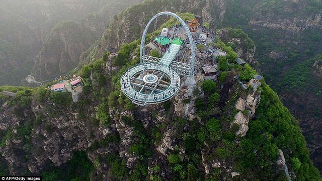 Du khách rùng mình đứng trên đài quan sát trong suốt ở Trung Quốc - Ảnh 4.