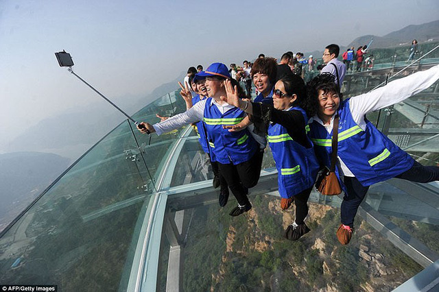 Du khách rùng mình đứng trên đài quan sát trong suốt ở Trung Quốc - Ảnh 5.
