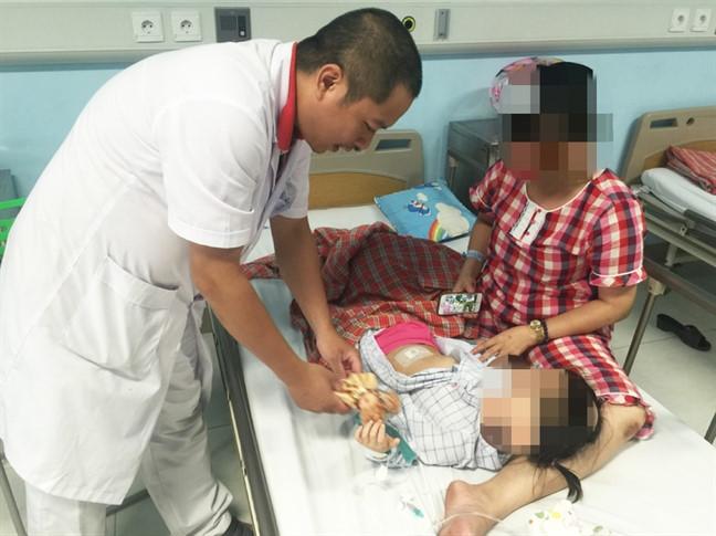 Mẹ sững sờ khi con gái 3 tuổi bị u buồng trứng