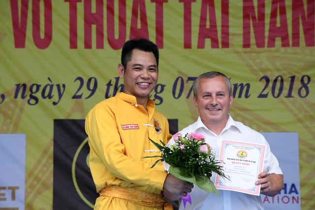 Võ sư Đặng Tam Thuận và ông Artur - Đại diện liên đoàn võ thuật Châu Âu