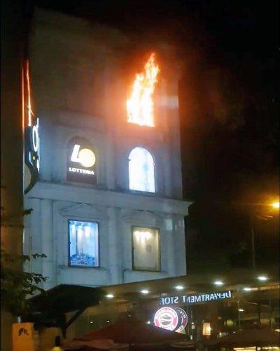 Cháy biển hiệu quảng cáo tòa nhà Diamond Plaza