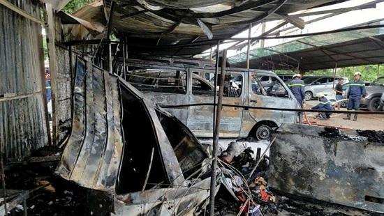 Bãi giữ xe gần sân bay Tân Sơn Nhất phát hỏa, 3 ô tô bị thiêu rụi