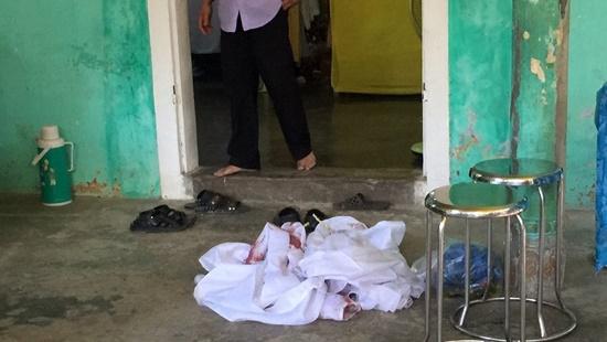 Con trai dùng dao cắt cổ người đến viếng đám tang bố