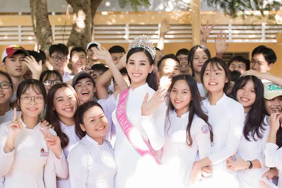 Hoa hậu Tiểu Vy đẹp hút hồn khi diện áo dài về thăm trường cũ