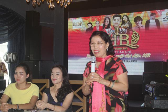 Bà Phạm Thị Huyền Thanh chia sẻ về lợi ích khi chăm sóc sức khỏe tại HB spa tại buổi họp báo. (Ảnh: Hồng Vân)