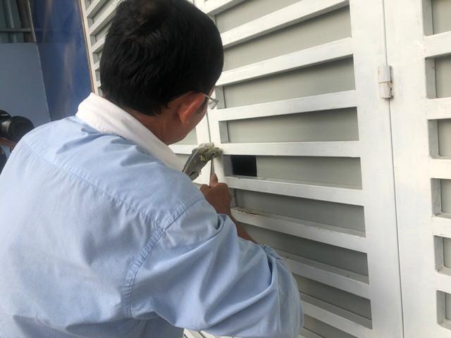 Lực lượng chức năng sau một thời gian chờ đợi, đã tiến hành phá khóa cửa kho hàng để vào bên trong kiểm tra.