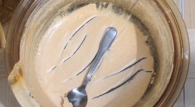 ... và có cả một thau chứa chất như kem.