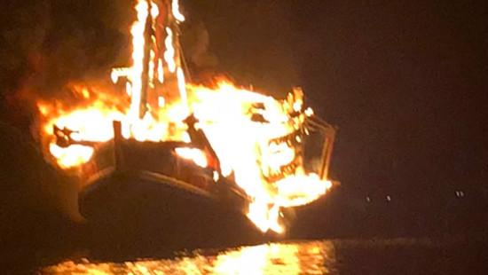 Tàu cá chở 10.000 lít dầu cháy rụi, thiệt hại 13 tỉ đồng