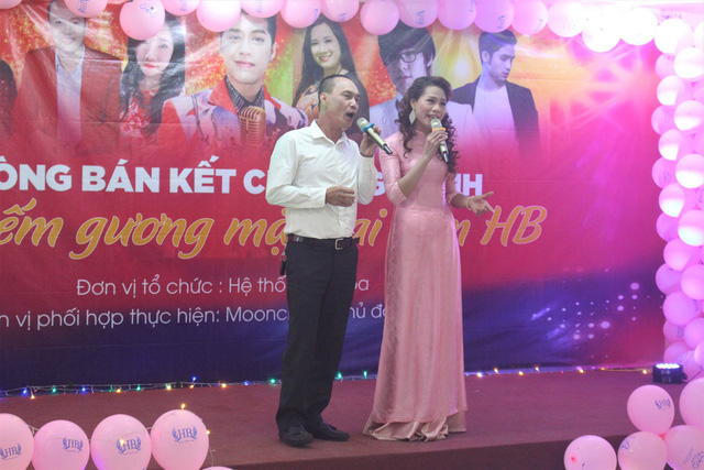 Các thí sinh dù nghiệp dư nhưng hát rất tự tin và cảm xúc. (Ảnh: Hồng Vân)