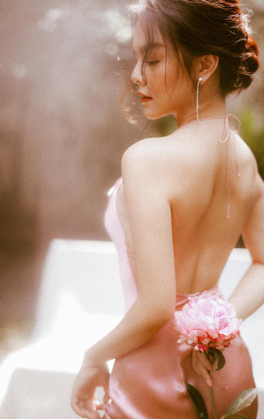 Phạm Quỳnh Anh táo bạo khoe lưng trần gợi cảm hút mọi ánh nhìn