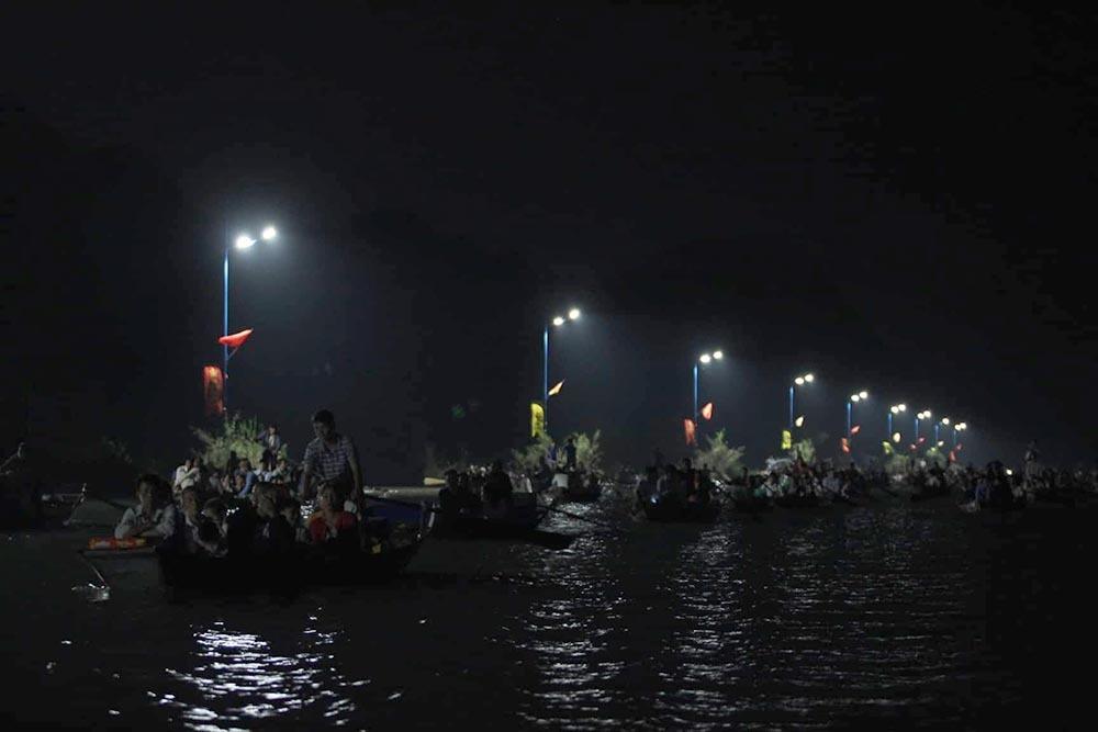 Dòng người soi đèn, xuyên đêm trẩy hội chùa Hương