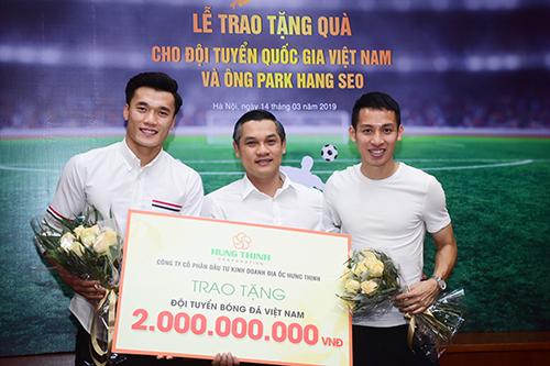 Thủ môn Bùi Tiến Dũng và cầu thủ Đỗ Hùng Dũng nhận món phần thưởng 2 tỷ đồng.