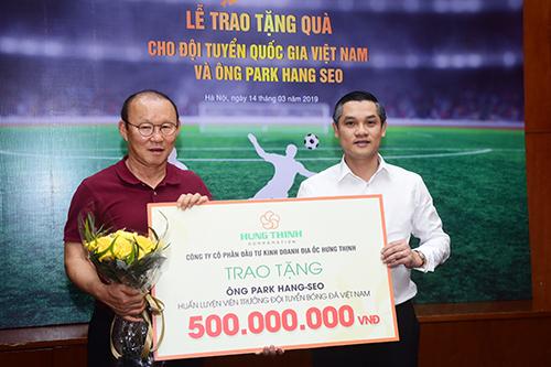 Huấn luyện viên Park Hang - Seo được thưởng riêng 500 triệu đồng từ Hưng Thịnh.