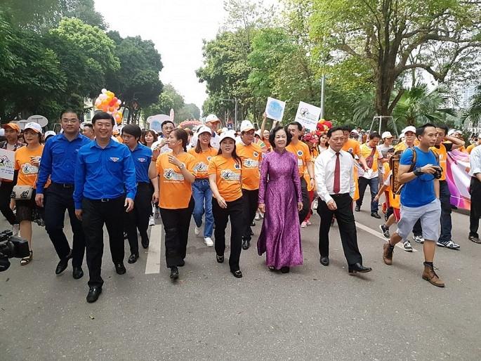 Bộ trưởng Y tế kêu gọi người dân đi bộ 10.000 bước mỗi ngày để thay đổi cuộc sống