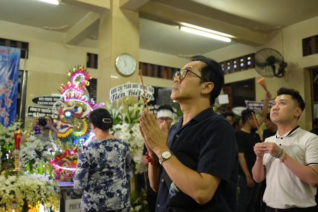 Nhiều nghệ sĩ tới thăm viếng Anh Vũ tại chùa Ấn Quang khi đêm xuống - Ảnh 1.