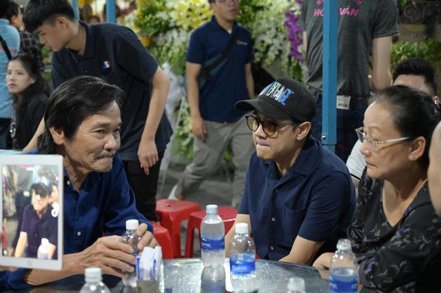 Nhiều nghệ sĩ tới thăm viếng Anh Vũ tại chùa Ấn Quang khi đêm xuống - Ảnh 2.