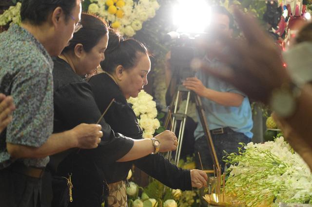 Nhiều nghệ sĩ tới thăm viếng Anh Vũ tại chùa Ấn Quang khi đêm xuống - Ảnh 3.