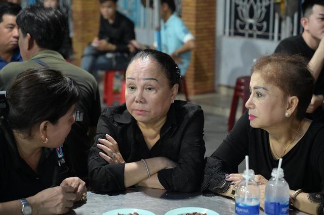 Nhiều nghệ sĩ tới thăm viếng Anh Vũ tại chùa Ấn Quang khi đêm xuống - Ảnh 4.
