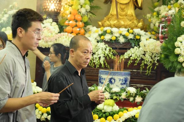 Nhiều nghệ sĩ tới thăm viếng Anh Vũ tại chùa Ấn Quang khi đêm xuống - Ảnh 6.