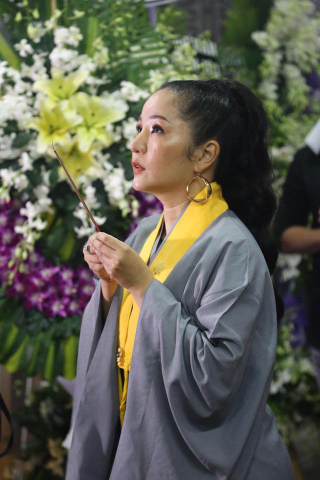 Nhiều nghệ sĩ tới thăm viếng Anh Vũ tại chùa Ấn Quang khi đêm xuống - Ảnh 9.
