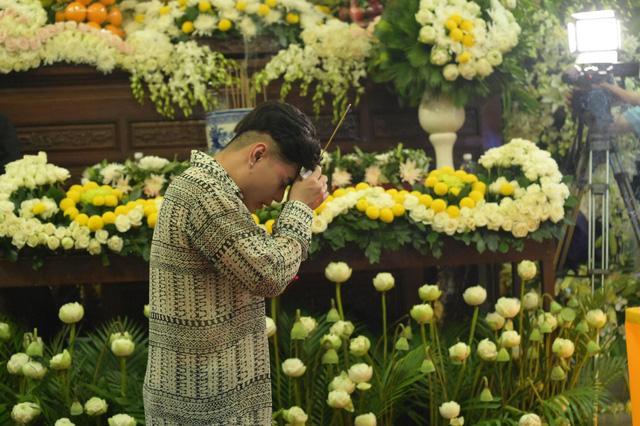 Nhiều nghệ sĩ tới thăm viếng Anh Vũ tại chùa Ấn Quang khi đêm xuống - Ảnh 13.