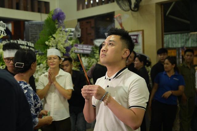 Nhiều nghệ sĩ tới thăm viếng Anh Vũ tại chùa Ấn Quang khi đêm xuống - Ảnh 14.