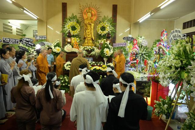 Nhiều nghệ sĩ tới thăm viếng Anh Vũ tại chùa Ấn Quang khi đêm xuống - Ảnh 15.