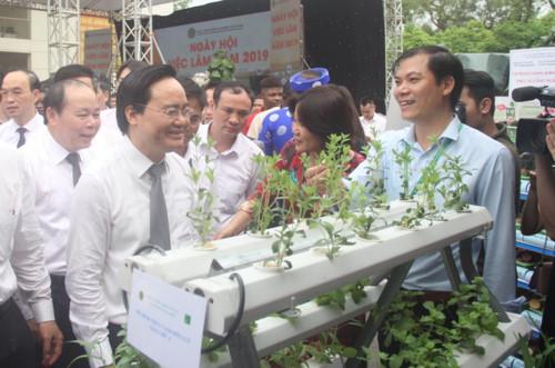 Bộ trưởng Phùng Xuân Nhạ và các đại biểu thăm gian tư vấn của một số trường đại học khối nông - lâm nghiệp