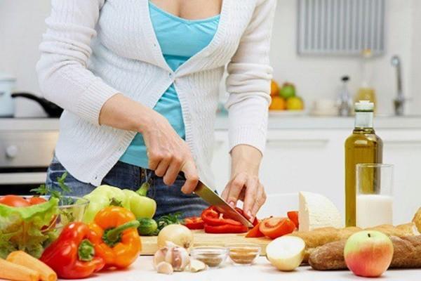 Sử dụng thực phẩm an toàn, đúng cách tránh nguy cơ ngộ độc trong ngày hè. Ảnh minh họa.