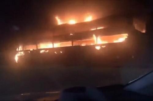 Xe khách giường nằm cháy kinh hoàng trên Quốc lộ 1 - Ảnh 1.